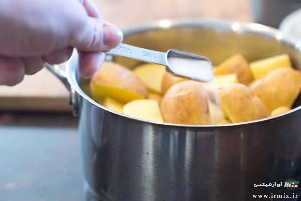 طریقه پختن سیب زمینی با نمک