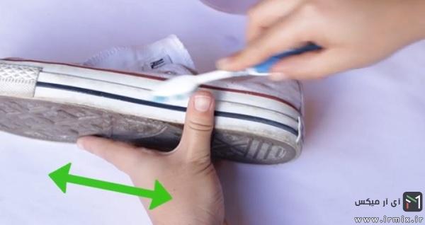 مسواک کردن لبه های کفش یا دستمال کشیدن آن