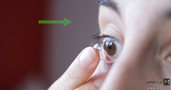 گذاشتن لنز روی چشم