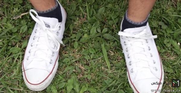 بستن بند کفش سفید و تمیز