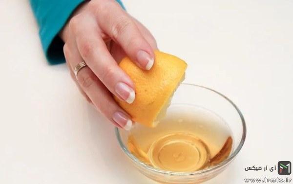 فشار دادن لیمو در آب عسل