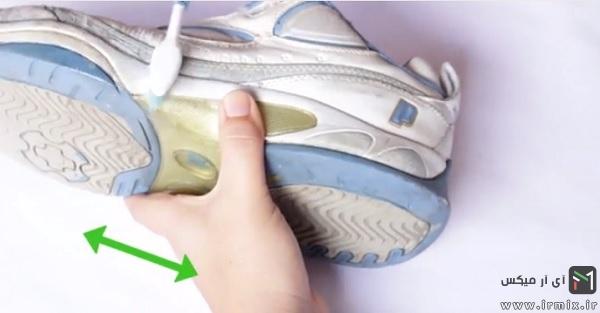 مسواک کردن کناره های کفش