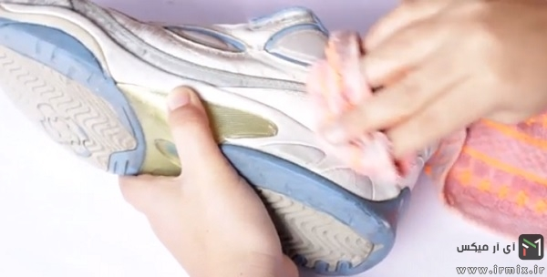 دستمال کشیدن کفش
