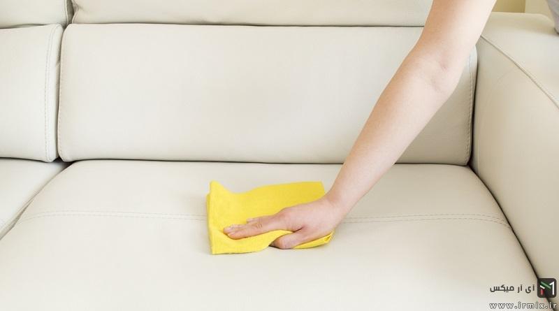 آموزش تصویری تمیز کردن مبل چرمی و برق انداختن آن در خانه