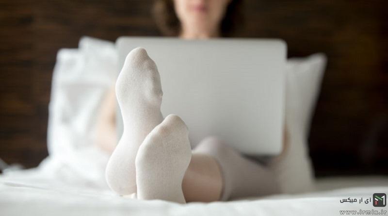 چرا شب ها نباید با جوراب خوابید؟ مضرات و عوارض خوابیدن با جوراب در شب