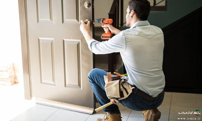 آموزش ۴ روش تعمیر درب باد کرده چوبی