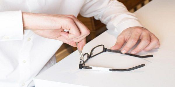 آموزش تصویری نحوه جا انداختن شیشه عینک در فریم
